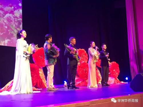 著名歌唱家阎维文与蔡国庆亮相晚会。
