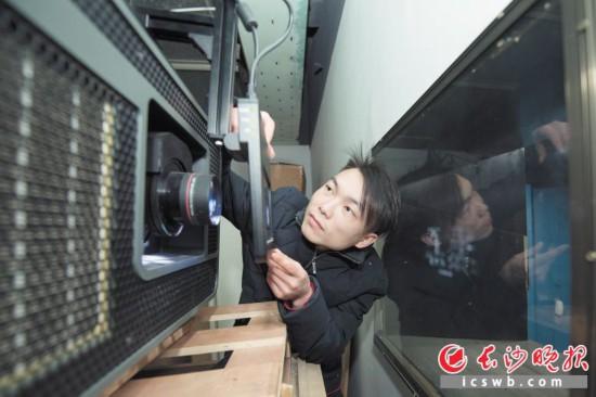 电影放映员石光强在检查放映设备,以保障观众得到最佳的观影体验。  长沙晚报全媒体记者 黄启晴 摄