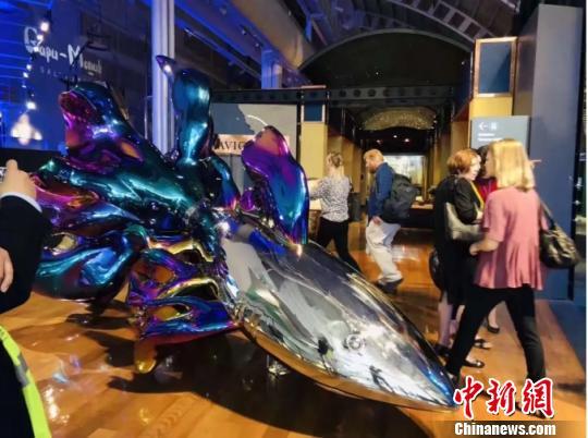 高孝午作品《进化》。供图 澳大利亚国立海事博物馆于2018年12月11日正式对公众开放新展览鲨鱼与人类。此展览以环保为主题,来自中国、新加坡、德国、奥地利和澳大利亚等世界各地的30多名艺术家为保护鲨鱼而团结在一起,参展作品包括大型室内和室外装置、摄影、绘画、素描、行为艺术、诗歌、影像和雕塑。