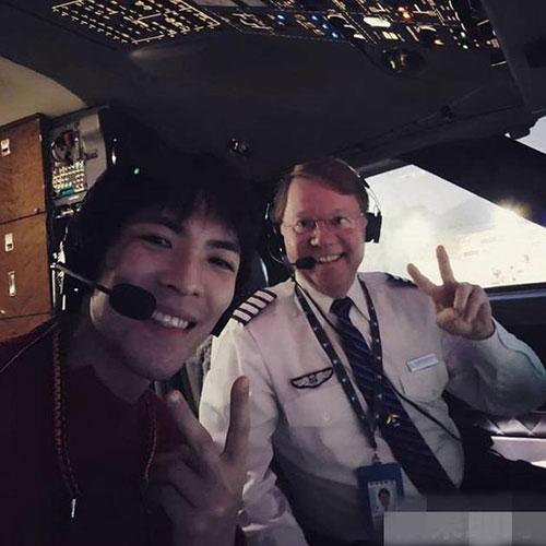 """萧敬腾秀新技能 合影机长""""开飞机""""回台湾"""