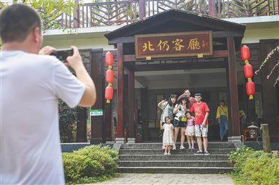 春節黃金周游客在海南影像春節黃金周期間,海南各地旅游景點備受游客青睞。【詳細】