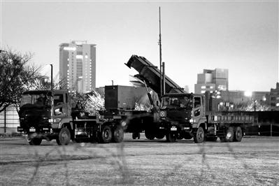 """上图:在日本东京部署的""""爱国者-3""""拦截导弹。新华社发"""
