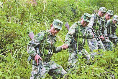 上图:每次巡逻,凌尚前(左一)坚持走在最前方。作者提供
