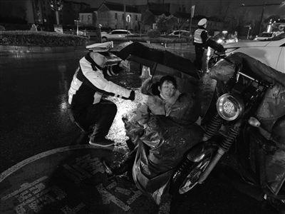 下班路过事故现场 盐城护士雨中跪地救人