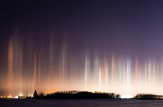 叹为观止!加拿大上空出现罕见自然光柱景观