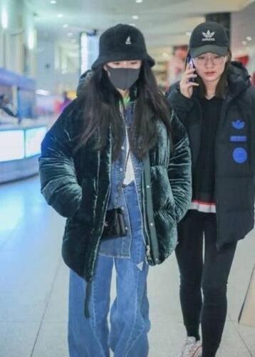 网友机场偶遇杨幂等安检 蹲在地上玩手机很低调