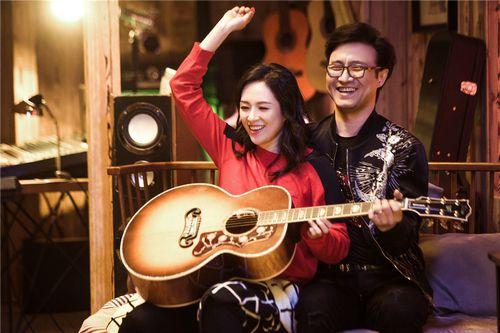 章子怡汪峰依偎在一起弹吉他 画面十分温馨浪漫