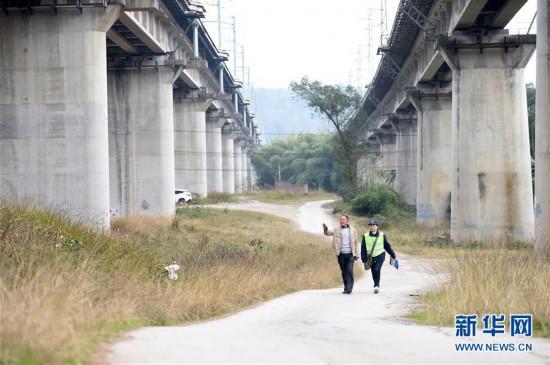 """(新春走基层・关注春运)(2)沪蓉铁路线上的春运护路""""父女岗"""""""