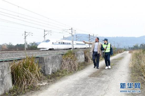 """(新春走基层・关注春运)(1)沪蓉铁路线上的春运护路""""父女岗"""""""