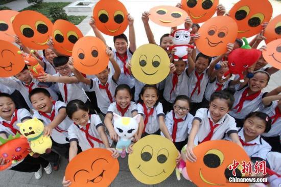 """2018年9月10日是中国第34个教师节,江苏扬州一小学的学生们通过自己动手绘制""""笑脸""""贺卡,向老师送上别样的祝福。(资料图) 孟德龙 摄"""