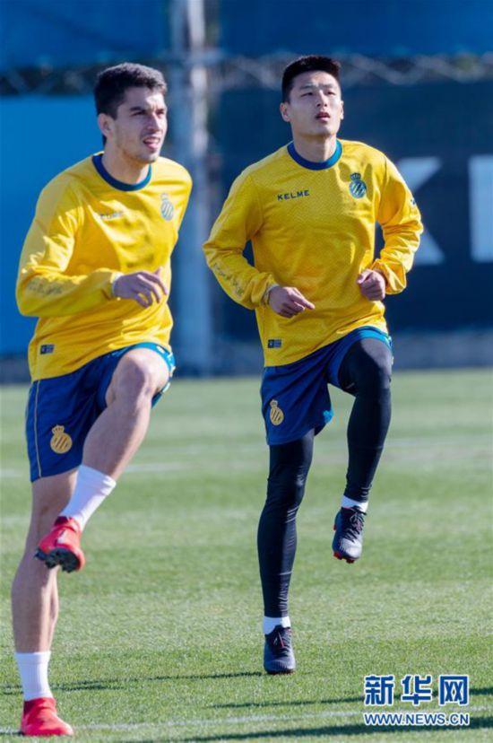 (体育)(8)足球——武磊亮相西班牙人队公开训练