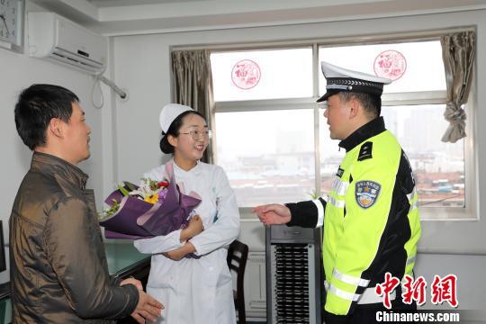 蔡先生带着鲜花和锦旗向吴蓉蓉表达谢意。交警供图