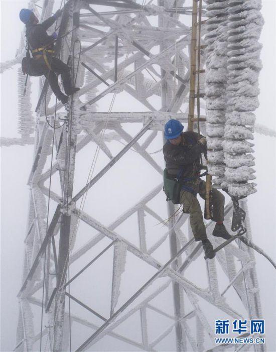 """(中国网事・图文互动)(1)顶风冒雪,他们打赢了这场大山深处的""""春运保卫战"""""""