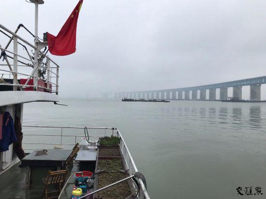 """沪通大桥建设者:风雨中筑梦""""江上长龙"""""""