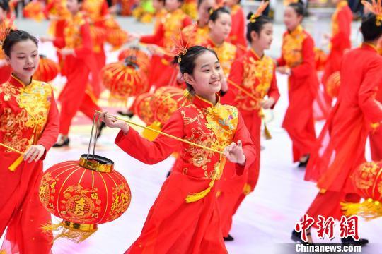 广东汕头举行千人民俗巡游喜迎元宵