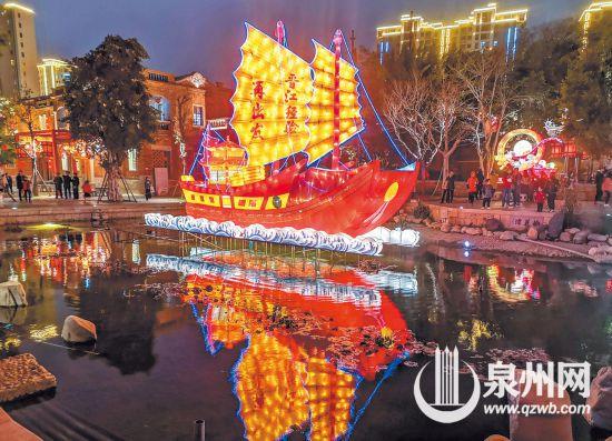 """昨日18时许,晋江五店市,主题为""""晋江经验再出发""""的花灯首次亮起,优美的造型和喜庆的配色吸引人们驻足观赏。(庄丽祥 摄)"""