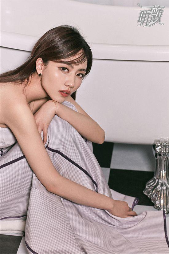 刘惜君杂志写真曝光 早春裙装演绎复古时尚