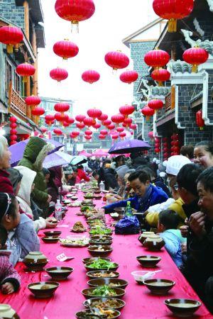 當日,市民和游客共吃長桌宴。