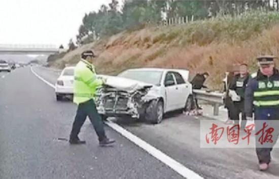 小车连续变道致后车失控撞护栏最新处理结果来了