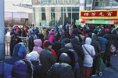 """北京有人""""排队4小时买元宵"""" 年轻人喜欢榴莲馅"""