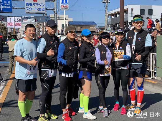 17日,人民网及首都媒体跑团30公里赛程参赛跑者合影。