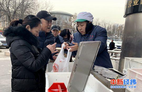 """元宵节来了!超市汤圆""""组团""""打折,售卖火爆"""