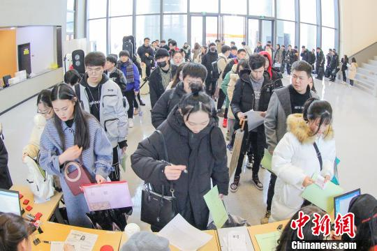 浙音校考人数较往年增66.5%考生雨中候考言追梦无悔