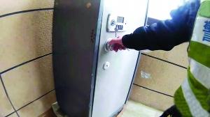 苏州熊孩子躲保险柜电子锁被弄坏 叔叔抄起榔头猛砸救出他