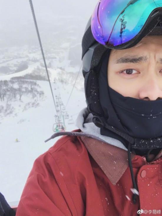 李易峰晒雪地自拍 背后缆车景色十分优美