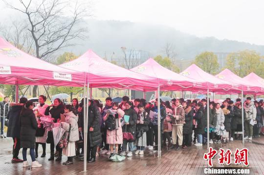 雨中正在排队的考生。 校方提供 摄