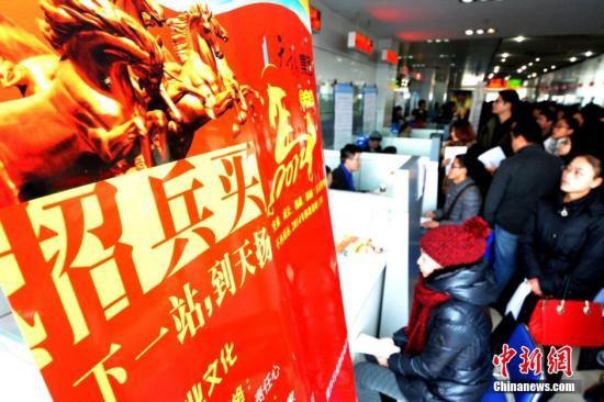 """如深圳市政府办公厅日前印发《在职人才引进和落户""""秒批""""工作方案》"""