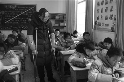 江苏东海一教师左膝盖骨损伤 却坚持拄拐上课