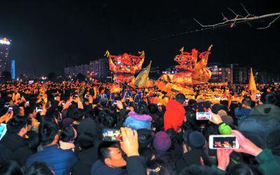 南京溧水上演龙灯双舞秀 数万市民参与巡游