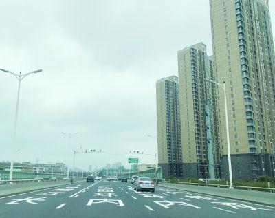 南京交警已给16处地面漆画路名 便于司机识别