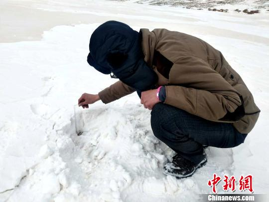 """穿行正在黄河源头""""雪窝子""""里的气象局长"""