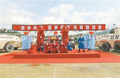 上圖:我第17批赴黎維和部隊官兵在元宵聯歡會上表演反映中華傳統文化的古裝節目。尹 博攝
