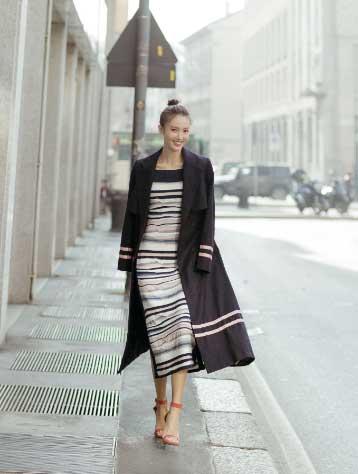 条纹针织长裙绰约多姿,行走於米兰春日明朗的街道,灵动本真又率性自然