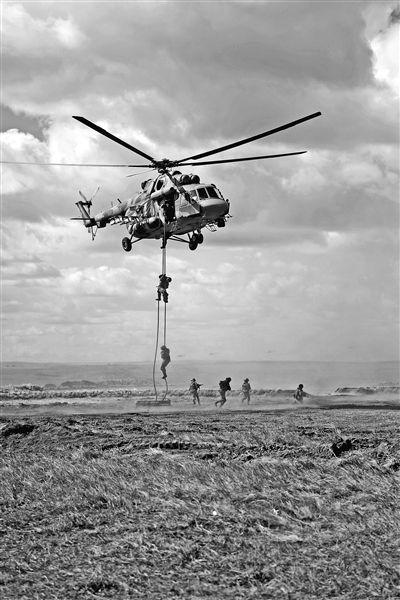 """参加""""东方-2018""""战略演习的俄方参演官兵在俄罗斯楚戈尔训练场进行直升机索降训练。新华社发"""