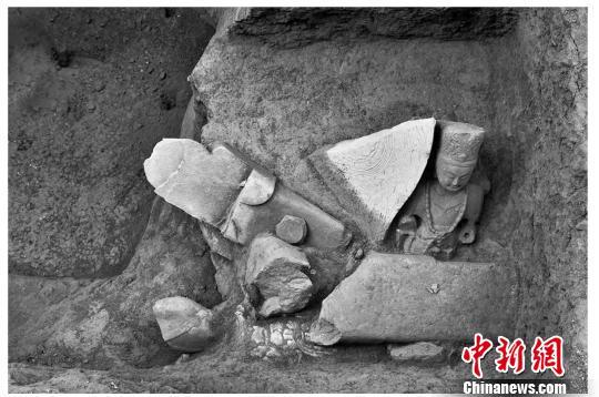 山西五台山附近发现佛像窖藏坑 出土石刻造像34尊