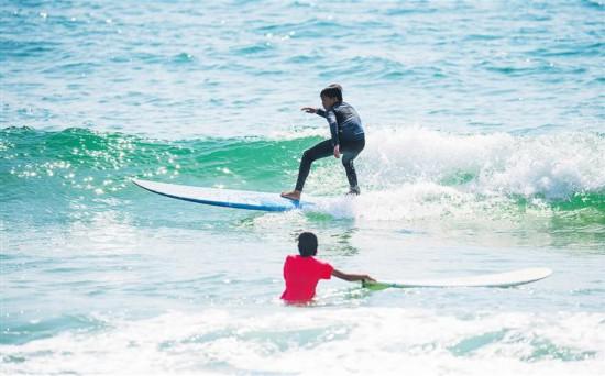 全国青运会冲浪比赛开赛 500多名选手万宁逐浪