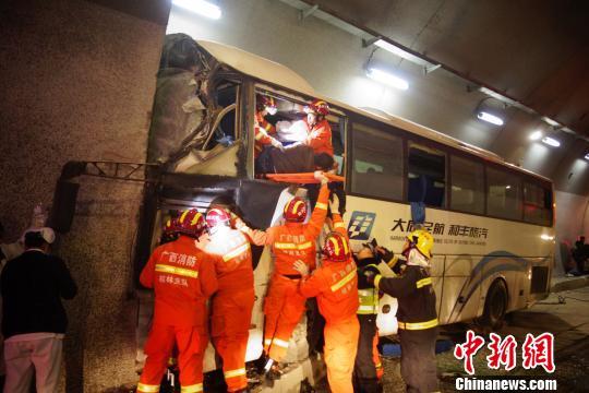 一大巴车在广西桂林高速失控撞隧道壁造成4人死亡
