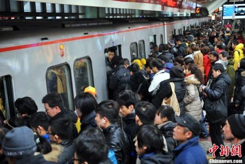 """京沪常住人口负增长多城放开落户限制""""引才"""""""