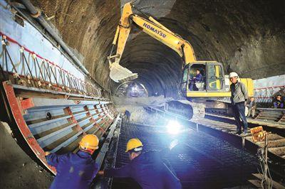 赣深高铁仗背隧道施工现场热火朝天。  本报记者杨建业 摄