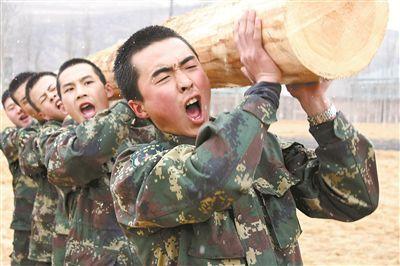 该基地官兵正在组织扛圆木训练。唐清盛摄