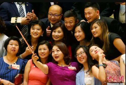 """""""第十一届世界华裔杰出青年华夏行""""在北京开幕,华裔杰出青年代表自拍留念。<a target='_blank'  data-cke-saved-href='http://www.chinanews.com/' href='http://www.chinanews.com/'><p  align="""