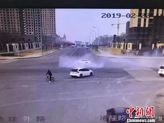 """大连一保时捷闯红灯""""漂移""""1分16秒司机被传唤"""