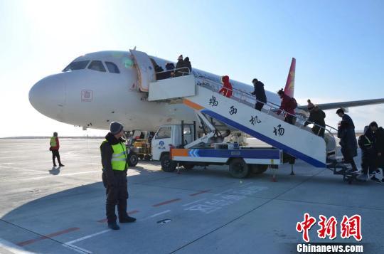 """""""旅游流""""促鸡西机场客流猛增京沪游客青睐赏版画玩冰雪"""