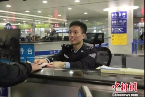 上海边检部门为旅客提供高效优?#23454;?#36890;关服务。 芊烨 摄