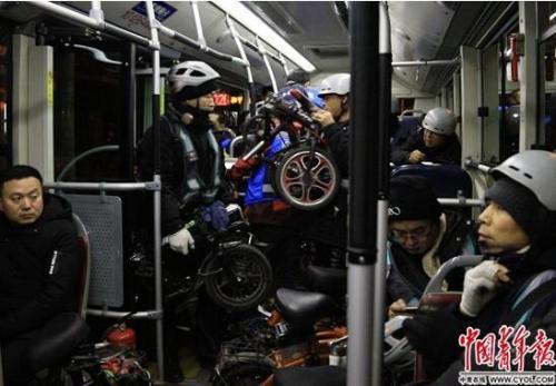 夜班公交上的夜归人:有人来京两年没见过白天的四环路