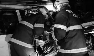 常州发生两起车祸4人被困 消防员破车救援